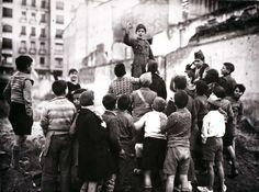 Un grupo de niños juegan a ser milicianos en las calles de Madrid ajenos al drama que vivía la ciudad.