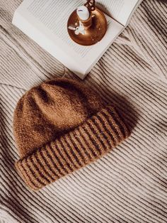 rknits huurre | neuleohje muhkeaan pipoon | Fashion Statement Knitting Designs, Knitting Projects, Knitting Patterns, Knit Beanie Pattern, Cowboy Hats, Aesthetic Clothes, Knitted Hats, Knit Crochet, Diy Crafts