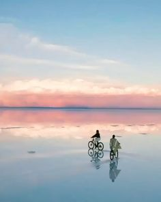 Superlative in its natural beauty, rugged, vexing, complex and slightly nerve-racking, Bolivia is one of South America's most diverse and intriguing nations. Especially the Salar de Uyuni - the world largest mirror - makes up for a great adventure! Image Nature, Nature Gif, Nature Videos, Sky Aesthetic, Travel Aesthetic, Aesthetic Videos, Aesthetic Fashion, Beautiful Places To Travel, Cool Places To Visit