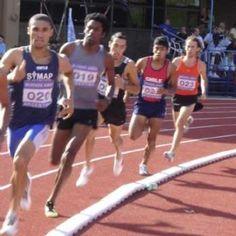 Un joven hombre estaba corriendo una carrera y se percató de que cada vez quedaba más atrás de los demás competidores.