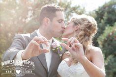 #bruidsfoto #bruidsfotografie #spijkenisse #trouwjurk #photo-idea #trouwauto #trouwfoto #fotograaf-hellevoetsluis #ri-jo Maria, Sylvester en hun bruidsjonker zoontje Jayden trouwen in dansacademie Ri-Jo in Hellevoetsluis. Pas op deze trouwlocatie zag bruidegom Sylvester zijn bruid voor het eerst toen zij aan de arm van haar vader de trouwzaal betrad. Eerder die ochtend was er al genoeg te beleven tijdens de…