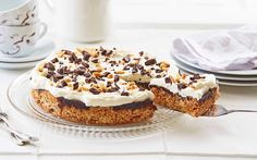Alle elsker en god og enkel snickerskake med salte peanøtter og mørk sjokolade. Denne sjokoladekaken blir fort den nye favoritten.