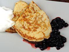 LCHF-pannkakor med mandelmjöl. Pannkakor utan vetemjöl eller socker. Med ägg, mandelmjöl och mjölk.