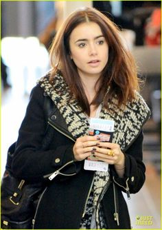 lily-collins-passport-departure-at-lax-airport-02.jpg (862×1222)
