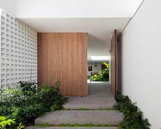 Image 4 of 13 from gallery of Alto de Pinheiros House / AMZ Arquitetos. Photograph by Maíra Acayaba Modern Entrance, Entrance Design, House Entrance, Entrance Doors, Door Design, House Design, Facade Design, Garden Design, Architecture Details
