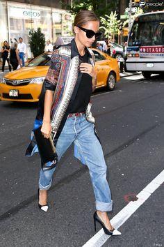 A la ville, Nicole Richie (n°2) est toujours ultra-stylée. Ici, dans les rues de New York en septembre 2013, la belle twiste son boyfriend jeans avec un gilet à imprimés esprit kimonoo et des lunettes oversize.