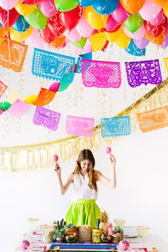 Decorate your Cinco De Mayo party with this DIY Balloon Fiesta Idea! Diy Balloon, Balloon Ceiling, Tequila, Mexican Fiesta Party, Taco Party, Salsa Party, Holiday Parties, Bunt, Party Planning