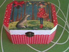 Cómo decorar cajas de madera   Aprender manualidades es facilisimo.com Decoupage, Picnic, Basket, Stripes, Diy Crafts, Outdoor, Cape, Bb, Boxes