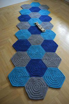 Crochet Doily Rug, Crochet Carpet, Crochet Table Runner, Crochet Hooks, Knit Crochet, Crochet Furniture, Diy Furniture Decor, Knitting Projects, Crochet Projects