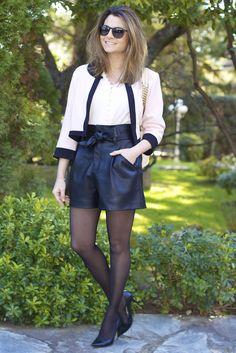 Fashion and Style Blog / Blog de Moda . Post: Black Shorts / Shorts negros ( Online Shop / Tienda online : www.ohmylooksshop.com ) .More pictures on/ Más fotos en : http://www.ohmylooks.com . Llevo / I wear: Chaqueta / Jacket : Oh My Looks (info@ohmylooks.com) ; Shorts : Zara ; Blusa / Blouse : H&M ; Bag / Bolso : Carolina Herrera