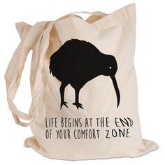 Tragetasche Kiwi Vogel aus Kunstfaser  Natur - Das Original von Mr. & Mrs. Panda.  Diese wunderschöne Tragetasche von Mr. & Mrs. Panda im  Jutebeutel Style ist wirklich etwas ganz Besonderes. Mit unseren Motiven und Sprüchen kannst du auf eine ganz besondere Art und Weise dein Lebensgefühl ausdrücken.    Über unser Motiv Kiwi Vogel  Kiwi-Vögel oder Schnepfenstrauße sind nachtaktive und flugunfähige Vögel (Laufvögel) und sind in Neuseeland zuhause.   Der Kiwivogel ist nicht nur eine tolle…