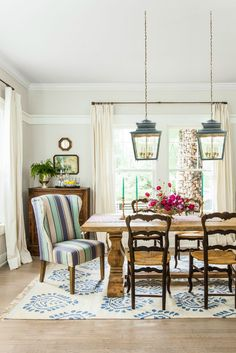 Just as assorted plates create a casually sophisticated vibe, a mismatched dining table and chairs evokes a cozy, come-as-you-are feel.