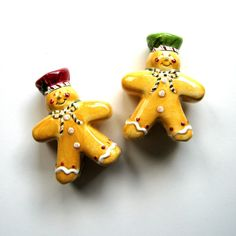 Gingerbread Men, Gingerbread Cookies, Christmas Holidays, Christmas Decorations, Table Decorations, Salt Pepper Shakers, Salt And Pepper, Plastic Caps, Green Hats
