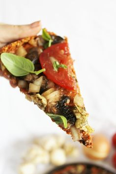 This Rawsome Vegan Life: pizza with red pepper flax crust, sun-dried tomato sauce, pine nut cheese & veggies. (The crust and cheese recipes minus nightshades! Vegan Pizza Recipe, Raw Vegan Recipes, Vegan Foods, Vegetarian Recipes, Healthy Recipes, Vegan Raw, Raw Vegan Dinners, Pizza Vegana, Red Pepper Recipes