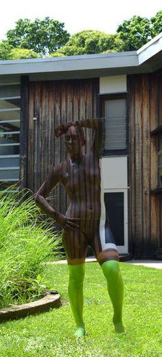 Find the model in the pic! More pictures of the art of Trina Merry: http://www.travelbook.de/welt/Urbane-Bodypainting-Magie-Kuenstlerin-verwandelt-Models-in-Stadtteile-527528.html