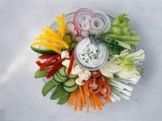 Gemüseteller mit Quarkdip ist ein Rezept mit frischen Zutaten aus der Kategorie Dips. Probieren Sie dieses und weitere Rezepte von EAT SMARTER! Dips, Snack Recipes, Healthy Recipes, Healthy Food, Snacks Für Party, Family Meals, Floral Wreath, Brunch, Food And Drink