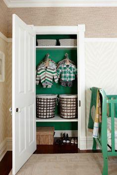 Van een fris kleurtje knapt zo'n oude inbouwkast echt op! Ook leuk voor servies of boeken?