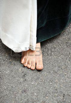 nazarenas: Nazareno caminando descalzo, la penitencia, la Semana Santa de Sevilla, Andalucía, España
