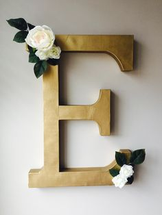 DIY little girl Nursery decoration: initial wall hanging with flowers