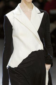 Yohji Yamamoto at Paris Fashion Week Fall 2008 - Livingly White Fashion, Paris Fashion, Love Fashion, Runway Fashion, Fashion Beauty, Fashion Show, Textile Manipulation, Yoji Yamamoto, Deconstruction Fashion