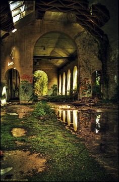 Beautiful But Scary Abandoned Buildings In The World - vintagetopia Abandoned Buildings, Abandoned Mansions, Old Buildings, Abandoned Places, Abandoned Castles, Haunted Places, Abandoned Library, Derelict Places, Amazing Buildings