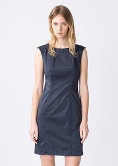 Dieses elegante, eng anliegende Kleid erhält seine lässige Optik durch die Verwendung einer modernen Baumwoll-Satin-Mischung. In der hinteren Mitte ist ein verdeckter Reißverschluss eingearbeitet, der einen leichten Einstieg ermöglicht. Mit Elastananteil für einen hohen Tragekomfort, aus 97% Baumwolle und 3% Elastan gefertigt....