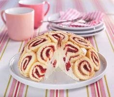 raspberry Charlotte- Himbeer-Charlotte Decorative Charlotte made of loose biscuit with a creamy filling of cream, fresh raspberries and a hint of lemon. Charlotte Dessert, Frito Pie, Enchilada Sauce, Biscuits, Raspberry, Dessert Recipes, Food And Drink, Sweets, Baking