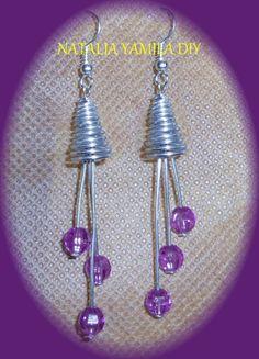 Aros pendientes artesanales en alambre de aluminio y alpaca con cuentas facetadas moradas . Handmade wire earrings