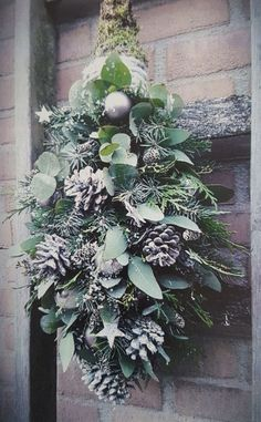 Bloemschikkenroosendaal – Workshops in Roosendaal Wreaths / curves / deco – 't Hooverhuys – tough & rural living Tuft & green Natural Christmas, Green Christmas, Rustic Christmas, Beautiful Christmas, Decorations Christmas, Holiday Wreaths, Holiday Decor, Halloween Christmas, Homemade Christmas
