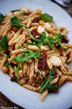 Pasta-Salat mit Kirchererbsen und Rucola – Flavoured with Love