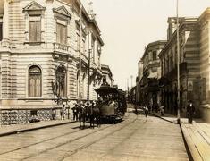 Acervo/Estadão - Bonde puxado por animaispassa no viaduto do Chá, em direção à rua Direita em foto do início do século 20. Nofundo, o cruzamento com a rua Nova de São José, atual rua Líbero Badaró