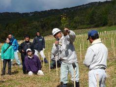 ≪Present Tree in 宮古≫ 第2回植樹イベント_20131013 実際に植樹作業に入る前に、エキスパートである岩手県森林整備協同組合 沿岸中部センター長/舘野政志様より、苗木がしっかりと根付き元気に生長するための植え方をご指導いただきました。
