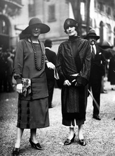 Women in street style, Woman in free hanging dress, Model styled by Lanvin. Mix and match fashion style. 20s Fashion, Fashion History, Trendy Fashion, Fashion Bags, Fashion Plates, Fashion 2018, Fashion Photo, Fashion Backpack, Style Fashion