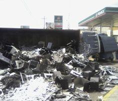 A la salida del túnel ubicado en 8 de Julio pasando Washington, se volcó un trailer que contenía varias toneladas de fierro, hecho que provocó un caos para quienes circulaban por la conocida zona. Reportero ciudadano Alejandro Ramírez.