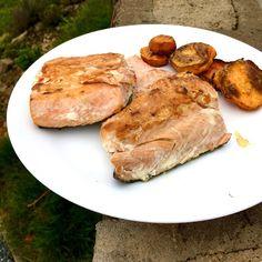Divoký losos keta orestovaný na olivovém oleji a pečená batátová kolečka ... pro mě osobně mají ale ryby jednu nevýhodu - mám po nich rychle hlad, ať jich sním sebevětší porci 🤷♀️ / Pan fried wild keta salmon with olive oil, roasted sweet potatoes Seafood, Steak, Pork, Keto, Fish, Sea Food, Kale Stir Fry, Pisces, Steaks