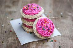 Amigurumi Food: Frosted Cookie Free Pattern http://www.repeatcrafterme.com/2014/03/frosted-crochet-cookie-pattern.html ༺✿ƬⱤღ  https://www.pinterest.com/teretegui/✿༻