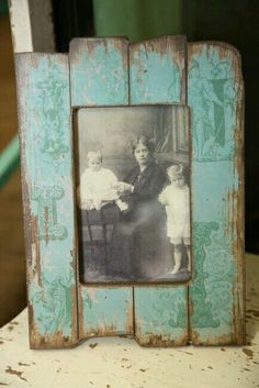 Old wood picture frame ♥ Furniture woodworking plans how to build a chest of drawers Barn Wood Projects, Reclaimed Wood Projects, Recycled Wood, Pallet Pictures, Rustic Frames, Wood Frames, Woodworking Furniture Plans, Wood Worker, Wooden Crafts