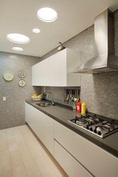 Cozinha cinza e branca, cozinha bege, cozinha planejada branca, cozinhas marrons, papel Kitchen Room Design, Home Decor Kitchen, Interior Design Kitchen, Home Kitchens, Black Interior Design, Flat Interior, Design Studio, Küchen Design, Light In