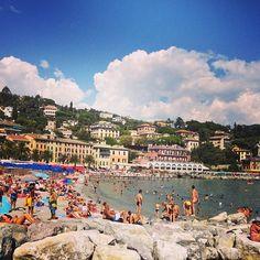 Santa Margherita Ligure em Genova, Liguria (located about 35 kilometres (22 mi) southeast of Genoa,). Paraggi  is about 3 kilometres (1.9 mi) from Santa Margherita Ligure, reachable by bus or by boat. https://en.wikipedia.org/wiki/Santa_Margherita_Ligure