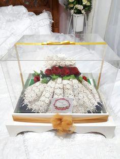 Mahar mukena Wedding Gift Wrapping, Wedding Gifts, Wedding Hamper, Trousseau Packing, Wedding Wows, Diy Box, Bride Gifts, Gift Packaging, Wedding Designs