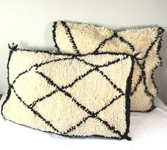 One of a kind, handmade, off white and black vintage Kilim pillow cover.   This pillow cover is made of Vintage Berber Kilim rugs. Which are handwoven on a loom by Berber women from the middel Atlas Mountains of Morocco with sheep and camel wool and coloured with vegetable dye. Using century's old handcrafting technics.