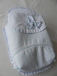 Conjunto de saco, capota y bolso para capazo de coche Bebecar.  El saco es de tres piezas con cubre capazo, combina piqué liso azul y raya, ...