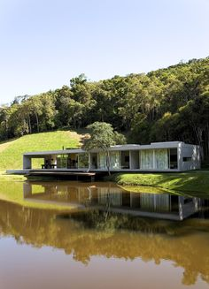 Galeria da Arquitetura | Residência São Luis do Paraitinga - Localizada em uma pequena clareira, a residência tem à frente um lago e atrás, a mata atlântica
