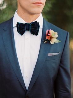 Velvet bow tie with fall boutoniere and dark blue wedding suit |Photography: Sarah Kate