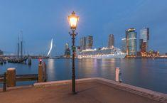 Cruiseschip Regal Princess in Rotterdam tijdens het blauw uurtje