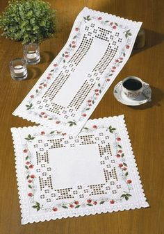 These attractive mats have a picot edging and border of strawbeery flowers and fruits.