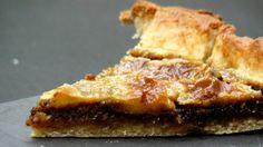 La tarte au sucre est une spécialité de la région de Waterloo. Sur un fond de pâte levée, on ajoute le sucre brun, les oeufs, le lait et le beurre. C'est une heure après sa sortie du four que la tarte au sucre révèle véritablement toutes ses saveurs!