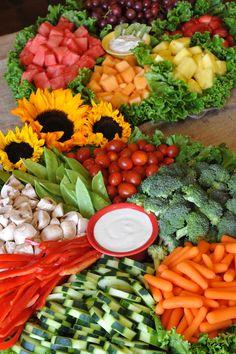 Beautiful Veggie and Fruit platters Healthy Decorative +++Bellas bandejas de hortalizas vegetales crudos y fruta decorativo fiestas buffet catering multicolor