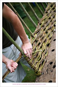 I'll try this to keep those bunnys out of my garden this year… - DIY Garten Bamboo Trellis, Garden Trellis, Garden Fencing, Garden Beds, Garden Art, Willow Fence, Willow Garden, Cerca Natural, Wattle Fence