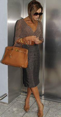 Виктория Бекхэм в солнцезащитных очках и с коричневой сумкой Birkin